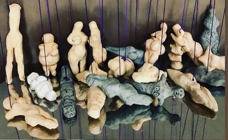 """Figurillas femeninas de la instalación """"Hilo y trama"""""""